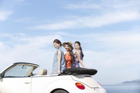 車でくつろぐ女性3人の写真素材 [FYI01332788]