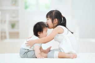 赤ちゃんを抱く女の子の写真素材 [FYI01332902]