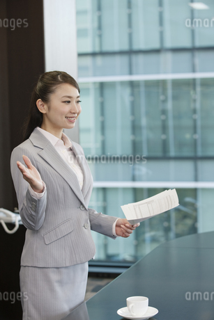 プレゼンをするビジネスウーマンの写真素材 [FYI01332915]