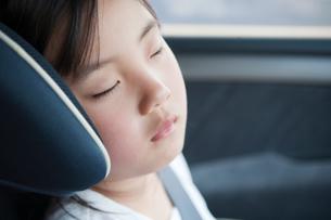 チャイルドシートで眠る女の子の写真素材 [FYI01332940]