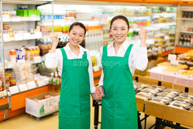 ガッツポーズをするスーパーマーケットの女性店員の写真素材 [FYI01332946]