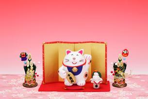 招き猫と鏡餅と金屏風の写真素材 [FYI01333144]