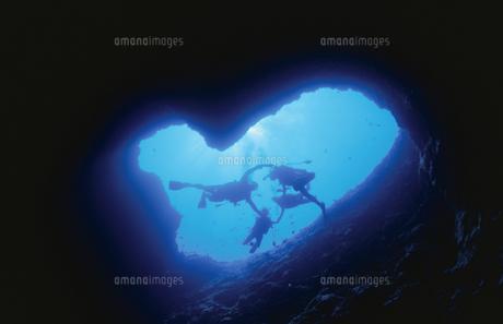 水中洞窟とダイバーの写真素材 [FYI01333171]