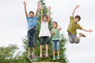 ジャンプする子ども達の写真素材 [FYI01333340]
