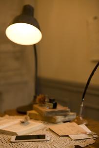 テーブルの上のスマートフォンと手紙の写真素材 [FYI01333372]