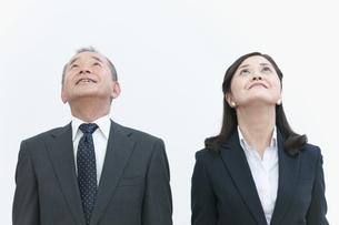 見上げるビジネスマンとビジネスウーマンの写真素材 [FYI01333541]