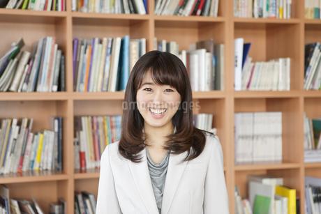 笑顔の女性のポートレートの写真素材 [FYI01333543]