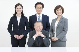 笑顔のビジネスグループ4人の写真素材 [FYI01333551]