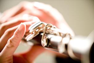 クラリネットを演奏する手元の写真素材 [FYI01333653]