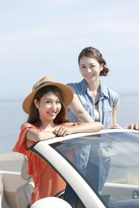 車でくつろぐ女性2人の写真素材 [FYI01333779]