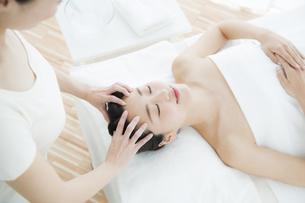 ヘッドマッサージを受ける女性の写真素材 [FYI01333791]