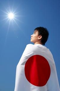 日本の国旗を背中に背負う男性の写真素材 [FYI01333807]