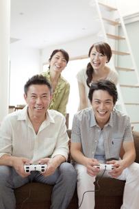 ゲームをする2世代家族の写真素材 [FYI01333817]