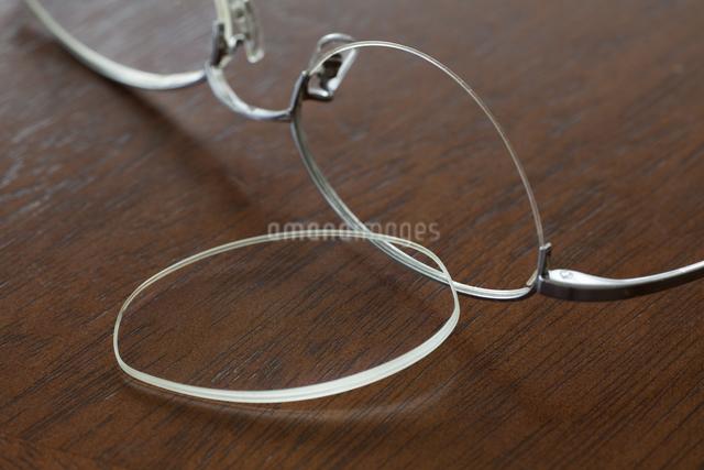 壊れたメガネの写真素材 [FYI01333900]
