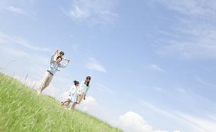散歩している家族4人の写真素材 [FYI01333966]