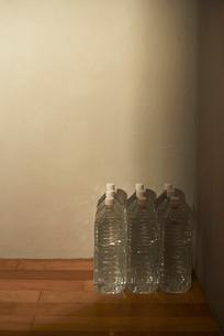 部屋のすみに置かれた備蓄用の水の写真素材 [FYI01334028]