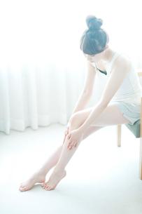 スキンケアをする女性の写真素材 [FYI01334243]