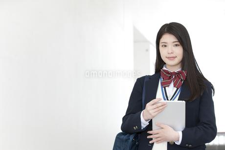 タブレットPCを持っている女子高生の写真素材 [FYI01334319]