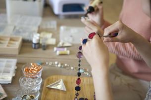 ハンドメイドアクセサリーを作る女性の手元の写真素材 [FYI01334350]