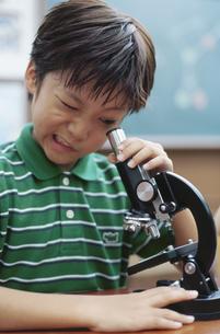 顕微鏡をのぞく男の子の写真素材 [FYI01334374]