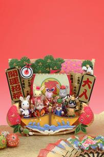蓑と兔の七福神と宝船扇子と毬の写真素材 [FYI01334560]