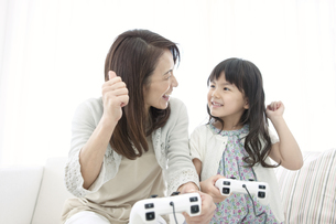 ゲームをする女の子と祖母の写真素材 [FYI01334572]