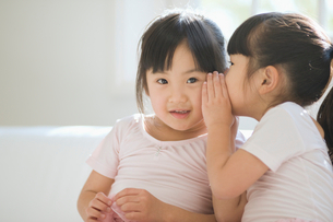 ひそひそ話をする二人の女の子の写真素材 [FYI01334642]