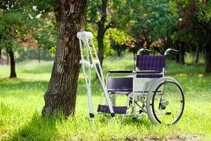 松葉杖と車椅子の写真素材 [FYI01334689]