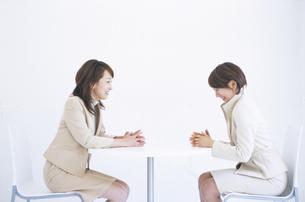 話をしているビジネスウーマン2人の写真素材 [FYI01334797]