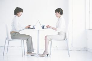 ノートパソコンを操作しているビジネスウーマン2人の写真素材 [FYI01334879]