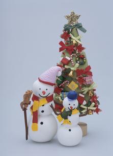 雪だるまの親子とクリスマスツリーの写真素材 [FYI01335162]
