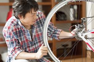 自転車の手入れをする男性の写真素材 [FYI01335427]