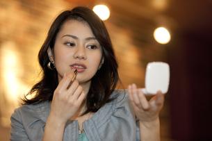 口紅を塗る女性の写真素材 [FYI01335455]
