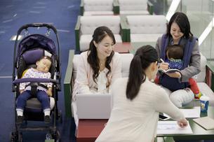 子連れでミーティングをする女性の写真素材 [FYI01335503]