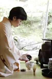 お茶を点てる中高年女性の写真素材 [FYI01335518]