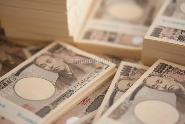 一万円札の札束の写真素材 [FYI01335554]