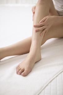 脚を手で押さえる日本人女性の写真素材 [FYI01335710]
