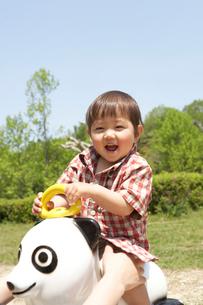 パンダの遊具で遊ぶ幼児の写真素材 [FYI01335893]