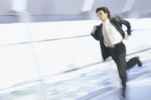 走るビジネスマンの写真素材 [FYI01335901]