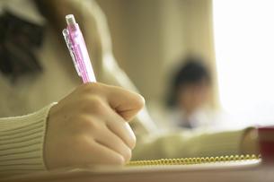 ノートに書く女子高校生の手の写真素材 [FYI01335938]