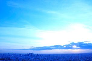 新宿のビル群と空の写真素材 [FYI01335970]