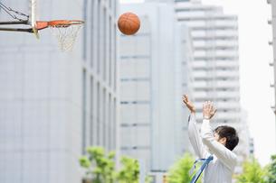 バスケットのシュートをするビジネスマンの写真素材 [FYI01336025]