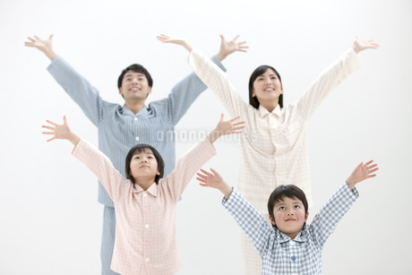 体操をする家族4人の写真素材 [FYI01336031]