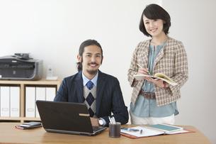 笑顔のビジネスマンとビジネスウーマンの写真素材 [FYI01336091]
