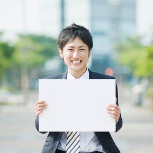 メッセージボードを持つビジネスマンの写真素材 [FYI01336109]