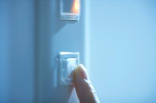 スイッチを押す指の写真素材 [FYI01336174]