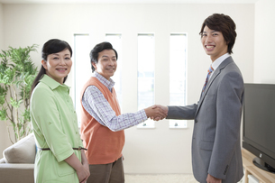 握手をする中高年男性とビジネスマンの写真素材 [FYI01336243]