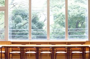 大学の教室の机と椅子の写真素材 [FYI01336270]
