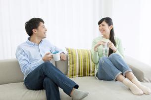 ソファーに座って話すカップルの写真素材 [FYI01336308]