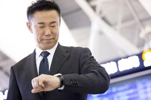 腕時計を見るビジネスマンの写真素材 [FYI01336310]